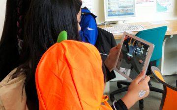 ARゲームアプリで遊ぶ子どもたち